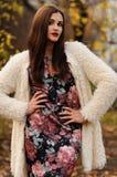 Outdoors портрет красивой молодой женщины с большими глазами и красным цветом Стоковая Фотография
