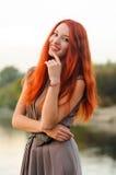 Outdoors портрет красивой молодой женщины с красными волосами Стоковые Фото