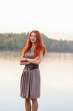 Outdoors портрет красивой уверенно женщины с красными волосами, co Стоковая Фотография RF