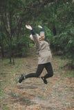 Outdoors портрет моды образа жизни милой молодой женщины идя на парк осени Держать кленовые листы Цветы осени Стоковые Фото