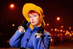 Outdoors портрет образа жизни красивой девушки в улице, последнего вечера redhead, города освещает стоковое изображение rf