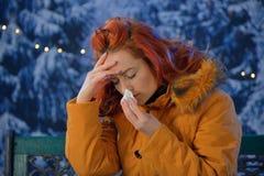 Outdoors портрет холодов молодой женщины больных, грипп, лихорадка Стоковые Изображения
