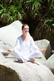 outdoors практикуя йога женщины Стоковая Фотография