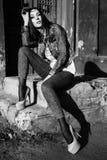 outdoors сидя детеныши женщины портрет способа черная белизна Стоковые Фотографии RF