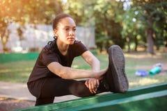 outdoors тренирующ Подходящая молодая женщина протягивая ее ноги стоковое изображение rf