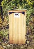 Outdoors туалет или деревянный гальюн стоковые фотографии rf