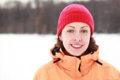 outdoors усмедется детеныш женщины зимы Стоковые Изображения