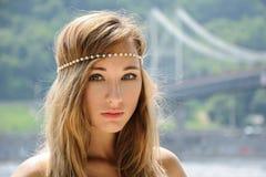 Outdoors фасонируйте фото красивой богемской дамы на реке Стоковое фото RF