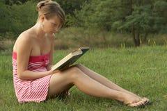outdoors читать женщину Стоковое фото RF