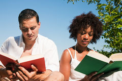outdoors читающ Стоковое фото RF