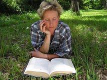 outdoors читающ Стоковые Изображения