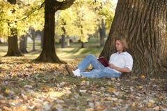 outdoors читающ Стоковое Фото