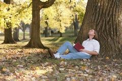 outdoors читающ Стоковые Изображения RF