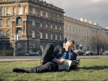 outdoors читающ Стоковая Фотография