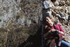 Милая дама отдыхая пока наслаждающся солнцем outdoors стоковые изображения