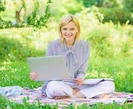 Проводник начиная независимую карьеру Приятное занятие Работа дамы дела независимая outdoors Станьте успешный стоковое изображение