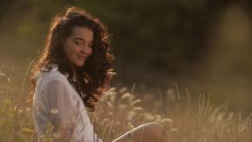 Свободная счастливая женщина outdoors на природе видеоматериал