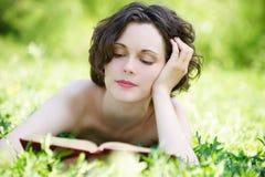 outdoors читать детенышей женщины Стоковое Изображение