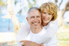 Счастливые возмужалые пары outdoors Стоковая Фотография