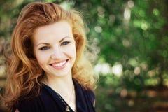 Симпатичная женщина outdoors Стоковое Фото