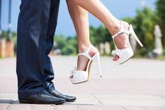 Молодой человек поднимая его невесту вверх outdoors Стоковое Изображение