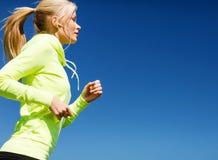 Женщина делая бежать outdoors Стоковое Изображение RF