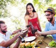 Друзья Outdoors отдыхают обедающ висящ вне концепцию Стоковое фото RF