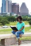 outdoors czytający zdjęcia royalty free