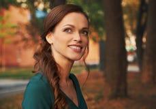 Outdoors lato portret dosyć ono uśmiecha się kobieta zdjęcie stock