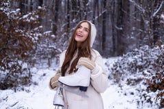 outdoors Mujer joven de la belleza alegre que se divierte en parque del invierno Nieve de la mujer del invierno Ropa de la mujer  imágenes de archivo libres de regalías