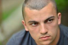 Портрет серьезного и унылого красивого молодого человека outdoors в natur стоковая фотография