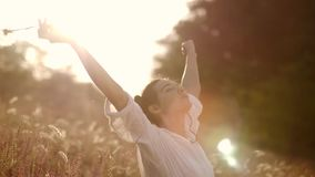 Красивая беспечальная женщина в полях быть счастливый outdoors акции видеоматериалы