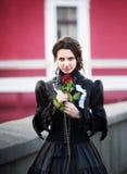 Outdoors portret dama z czerwieni różą fotografia royalty free