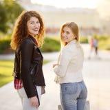 Outdoors portret dwa błoga młoda kobieta zdjęcie stock