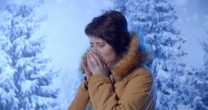 Outdoors portret młodych kobiet chorzy zimna, grypa, febra zbiory wideo
