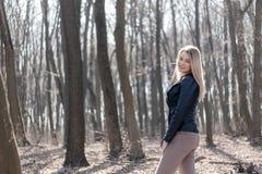 Outdoors portret piękna młoda brunetki dziewczyna Kobiety ono uśmiecha się szczęśliwy na pogodnym lata lub wiosny dniu outside na Zdjęcie Royalty Free