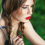 Outdoors portret piękna kobieta z czerwone wargi Obraz Royalty Free