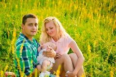 outdoors rodzinni szczęśliwi potomstwa Obrazy Stock