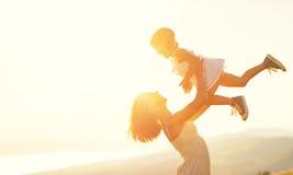 outdoors rodzinny szczęśliwy lato Matka rzuca up dziecka daug Obraz Royalty Free