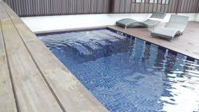 Outdoors sadza blisko pływackiego basenu łóżko zbiory