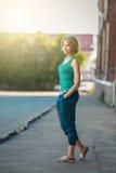 Outdoors uliczny portret piękna młoda dziewczyna obrazy stock