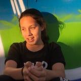 Outdoors uliczny portret uśmiechnięta nastoletnia dziewczyna przy zmierzchem obrazy stock