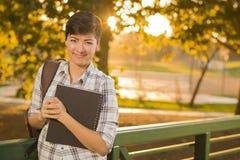 Outdoorsy Gemengde Ras Vrouwelijke Student Holding Books Royalty-vrije Stock Foto