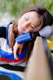 睡觉在街道outdroors的逗人喜爱的青少年的女孩 库存图片