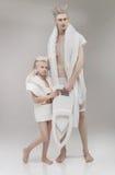 Футуристические семья, отец и дочь в белом outfi стоковые изображения