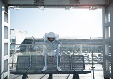 Outfitted koncentrerade kosmonautet som utanför lokaliserar Arkivfoto