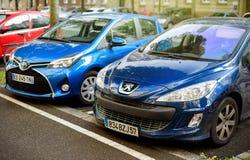 Outfoor parkering med Peugeot och Toyota bilar Royaltyfri Bild