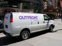 Outfront媒介在第42条街道,NY上的车辆停放 免版税库存照片