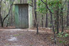 Outhouse κοριτσιών στα ξύλα Στοκ εικόνα με δικαίωμα ελεύθερης χρήσης