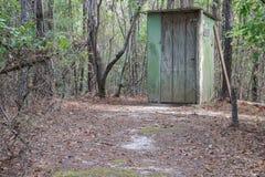 Outhouse κοριτσιών στο δάσος Στοκ φωτογραφία με δικαίωμα ελεύθερης χρήσης